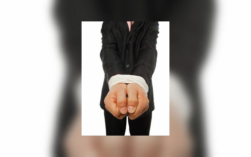 Algų negaunantys darbuotojai kreipiasi į skolų išieškotojus