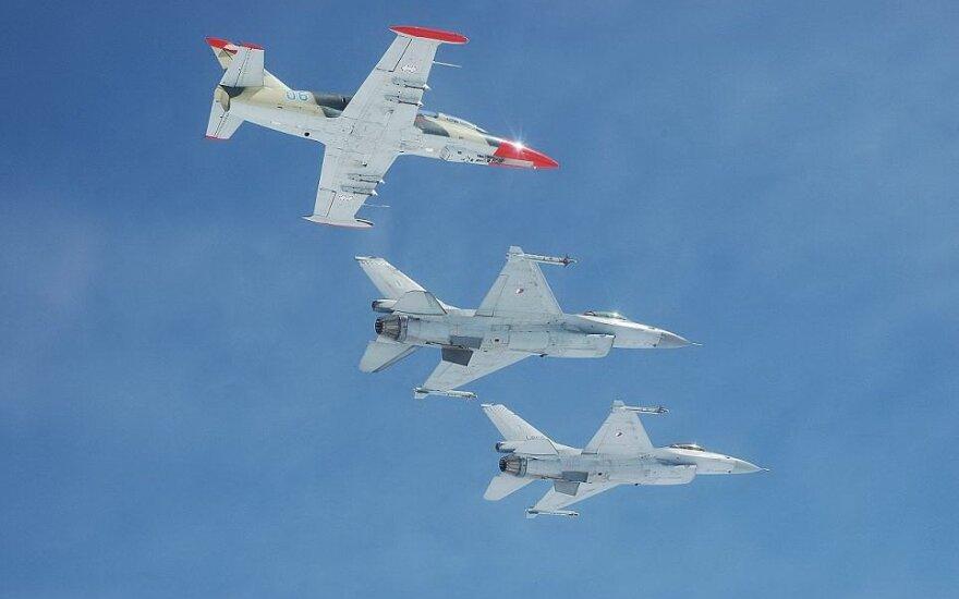 Lietuvos lengvasis atakos lėktuvas L-39 vienoje rikiuotėje su olandų naikintuvais F-16
