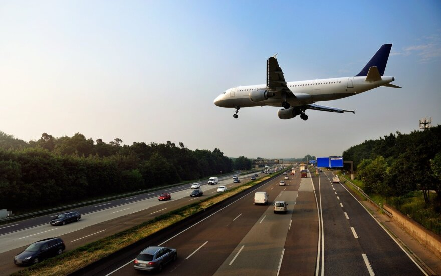 Vokietijos užsienio reikalų ministrą gabenusiam lėktuvui sprogo padanga