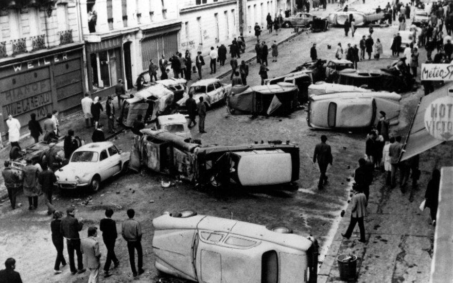 Barikados iš automobilių per streiką 1968 m. Paryžiuje