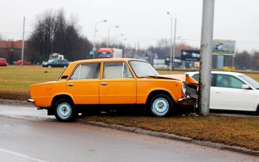 Kaune sudaužęs senutėlį automobilį vairuotojas paliko jį likimo valiai