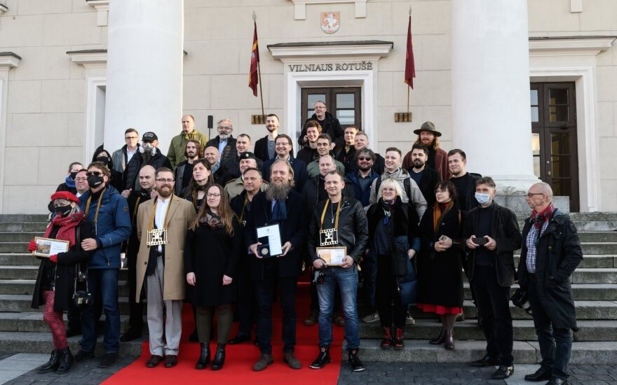 2020 Lietuvos spaudos fotografijos apdovanojimų dalyviai ant Vilniaus rotušės laiptų
