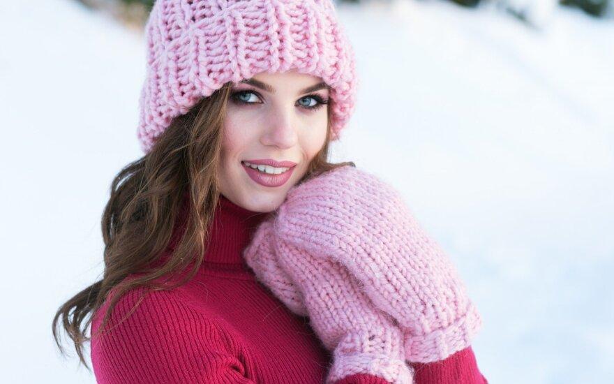 Moteris žiemą