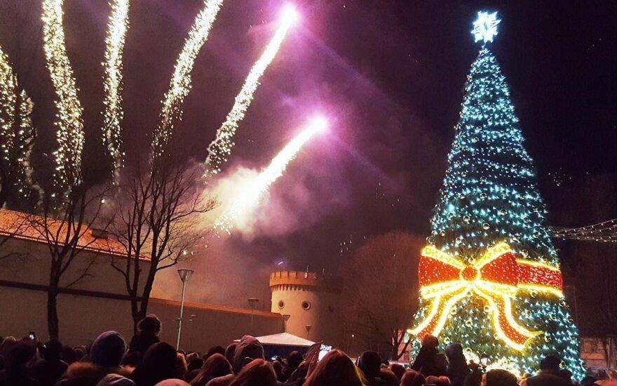 Tauragės Pilies aikštėje sužibusi Kalėdų eglė – tarsi dovana