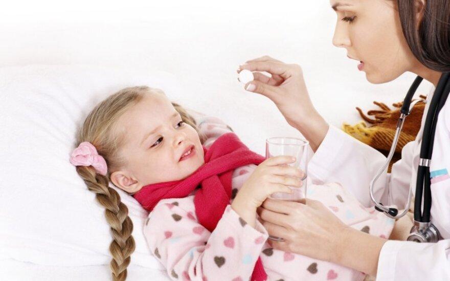 Gydytoja duoda vaikui vaistų