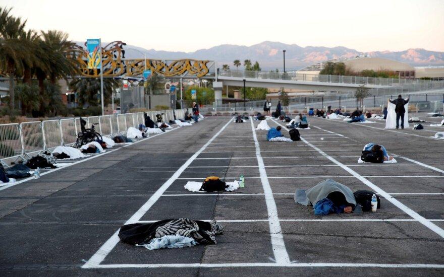 Piktinasi vaizdais iš Las Vegaso: žmones guldo tiesiai ant betono