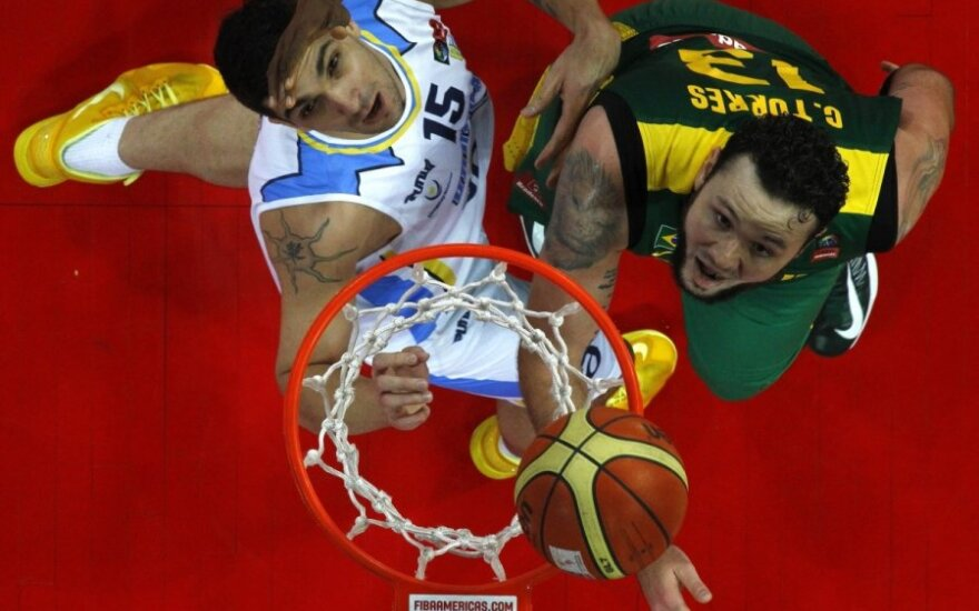 Estebanas Batista (Urugvajus, kairėje) kovoja su Caio Torresu (Brazilija)