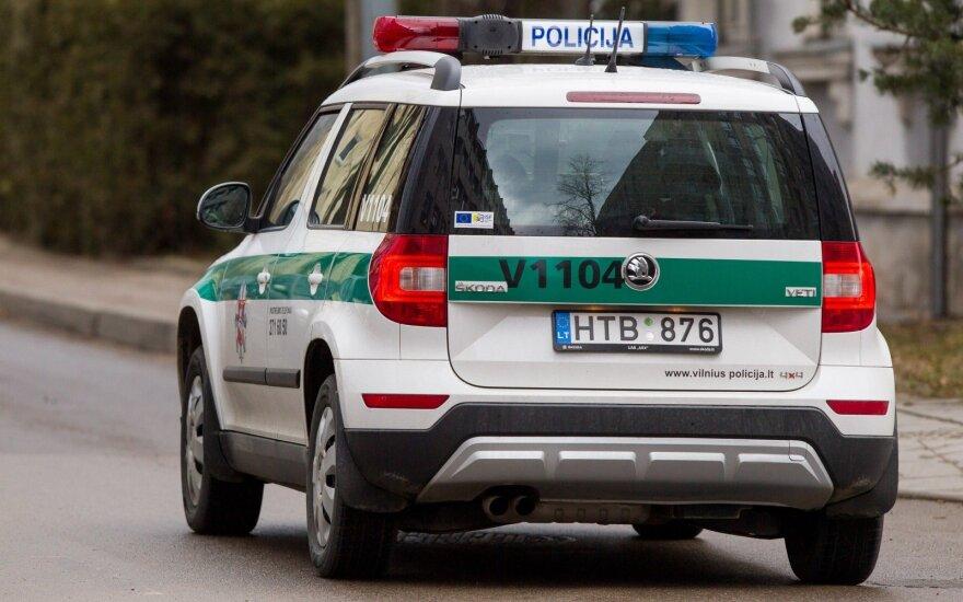 Girtas mopedo vairuotojas nuo policijos slėpėsi parduotuvėje