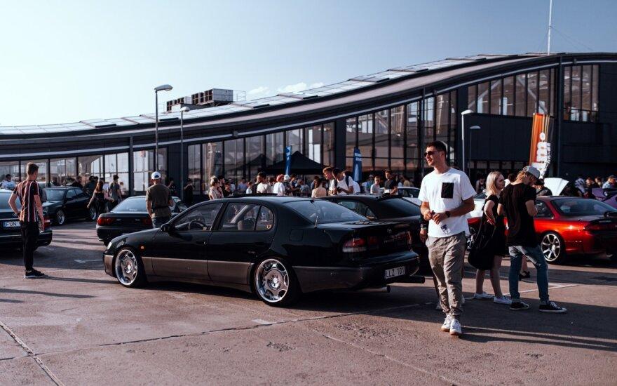 Parodė, kaip vasaros sezoną pasitiko japoniškų automobilių gerbėjai: kai kurie mašinas dailina netgi tikrais pinigais