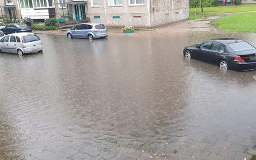 Lietingasis sezonas dar neprasidėjo, o Klaipėda jau skęsta: per antradienio liūtį nuostolių neišvengta
