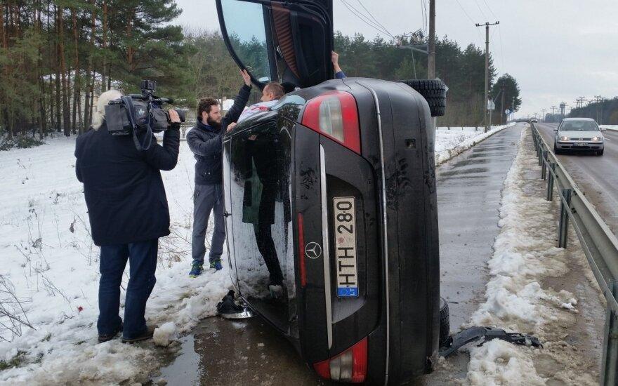 """Vairuotojui prieš akis """"Mercedes"""" virto ant šono, aplinkiniai puolė į pagalbą"""