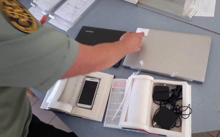 Fantastinėse knygose muitininkai rado sukištus telefonus ir kompiuterius