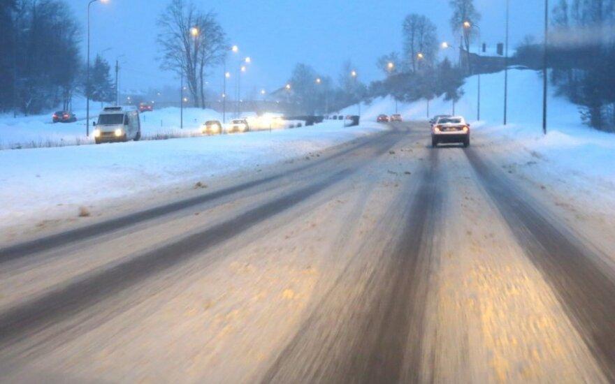 Visoje Lietuvoje – sudėtingos eismo sąlygos dėl sniego ir pustymo