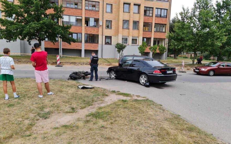 Grigiškėse susidūrė BMW ir motociklas, pakeliui į ligoninę motociklininkas mirė