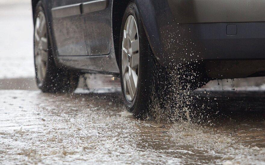 Vairuotojai šalies keliuose raginami važiuoti atsargiai