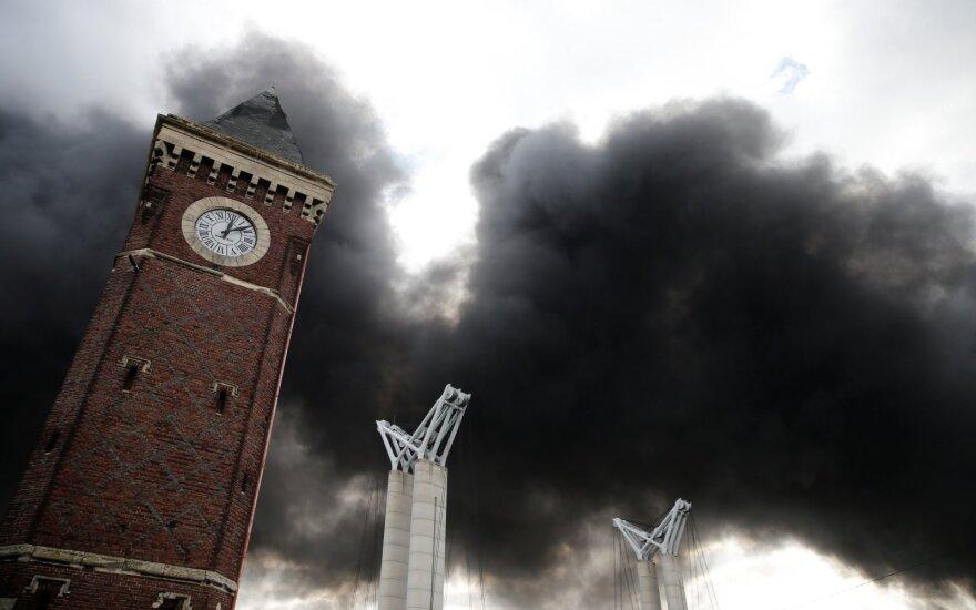 Šiaurės Prancūzijoje chemijos įmonėje siaučiantis gaisras kelia pavojų Senai
