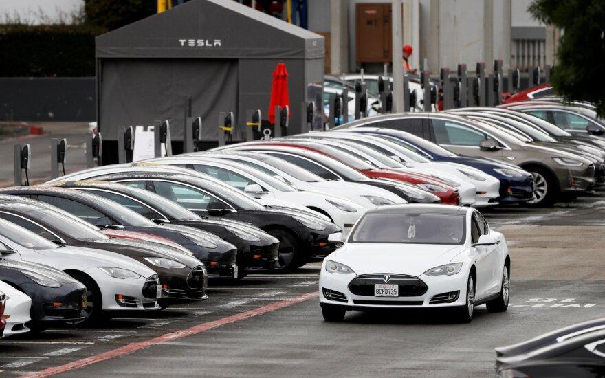 """""""Tesla"""" pradeda į Europą tiekti Kinijoje surinktus elektromobilius"""