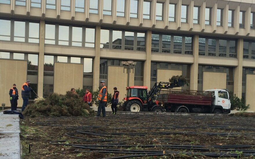 Workers by the Seimas building
