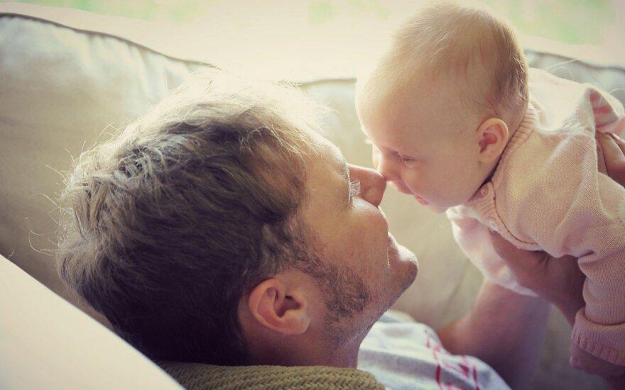 Siūlo leisti pasiimti tėvystės atostogas po vaiko gimimo, iki vaikui sukanka vieneri metai