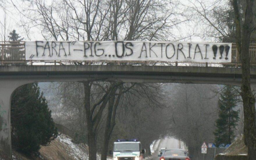 Futbolo aistruolių nebylios kovos su policija įrankis - plakatas