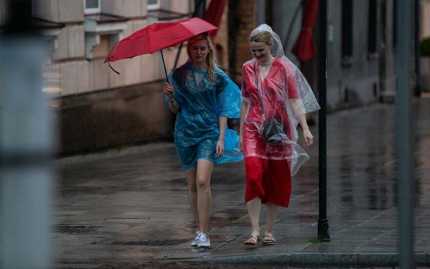 Šventinę dieną verta pasiimti skėtį