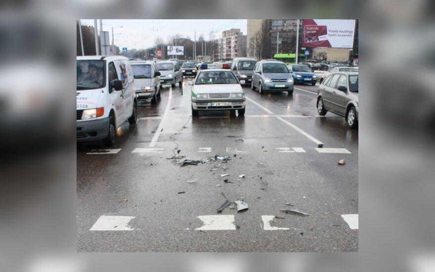 Kaune Taikos pr. bei Birželio 23-iosios gatvės sankryžoje susidūrė trys automobiliai