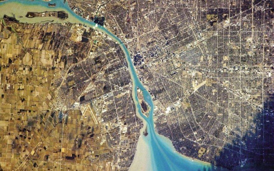 Detroitas (JAV) dešinėje ir Vindzoras (Kanada) kairėje (Ch. Hadfieldo/NASA nuotr.)