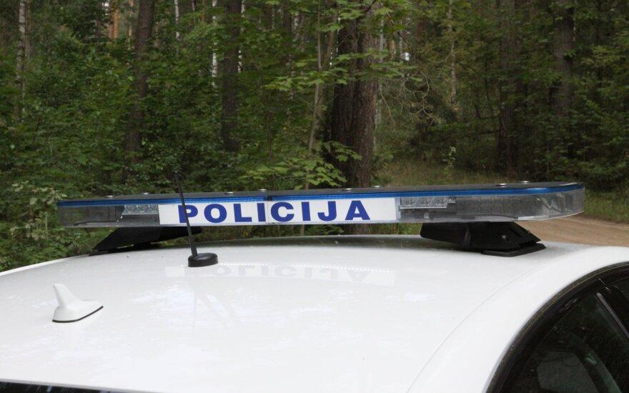 """Tauragės rajone """"VW Golf"""" trenkėsi į medį, nukentėjo keturi kariai"""