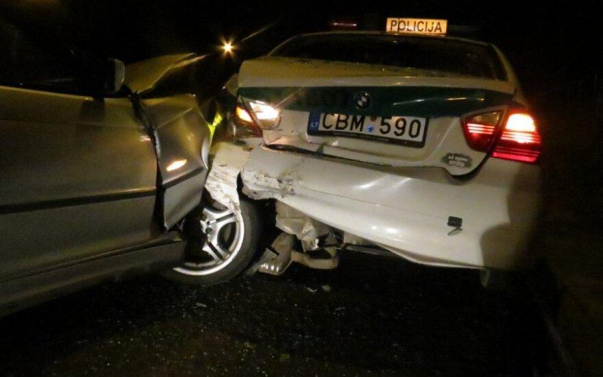 Gimnazistas, pasiėmęs mamos BMW, rėžėsi į policijos mašiną – sužaloti pareigūnai