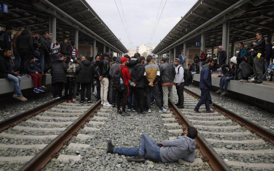 Atėnuose migrantai užėmė geležinkelio stotį, reikalaudami leidimo kirsti sieną