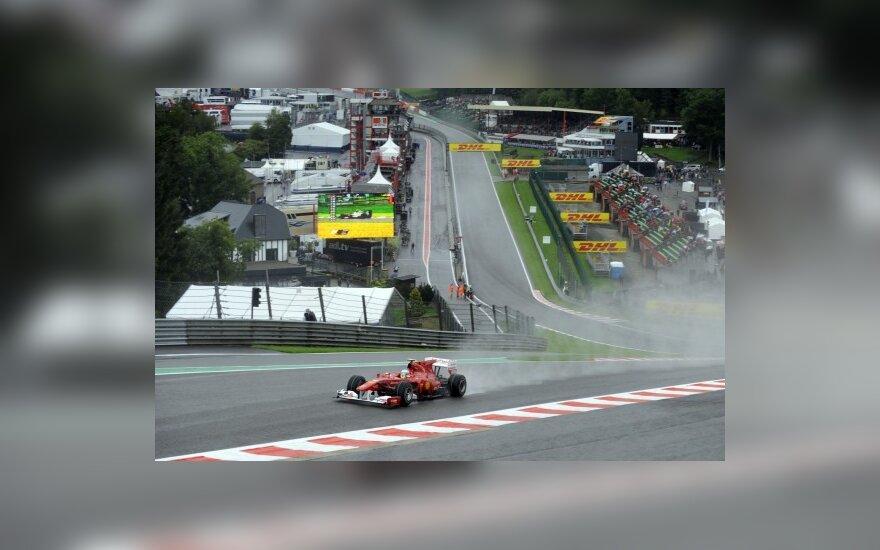 Fernando Alonso lekia šlapia Belgijos GP trasa