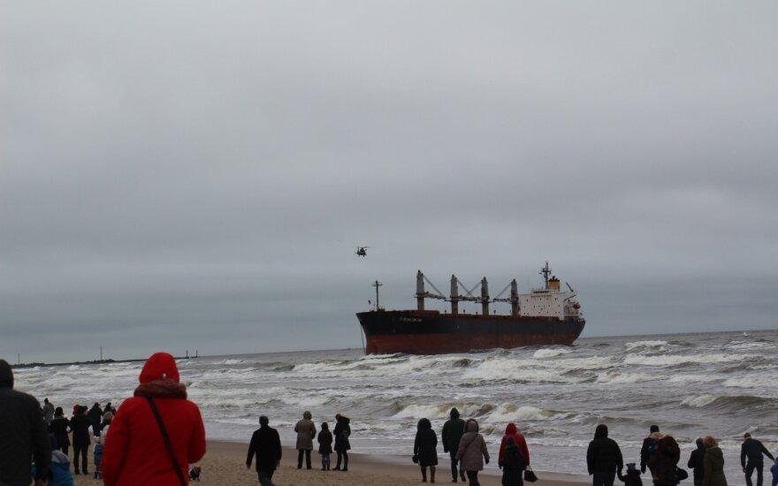 Trečią parą ant seklumos pakibusį laivą gelbės Olandijos kompanija