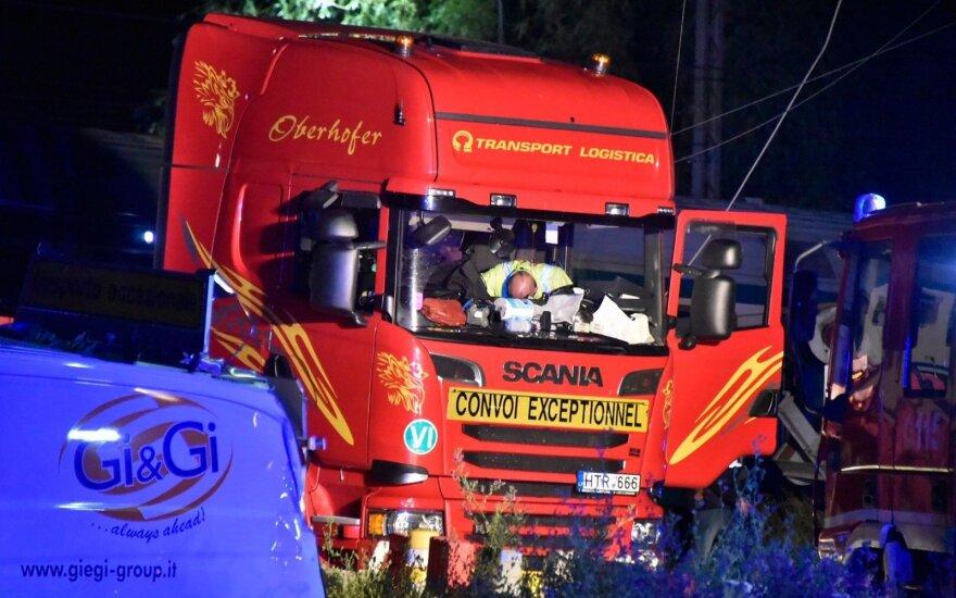 Italijoje traukinys rėžėsi į Lietuvoje registruotą sunkvežimį, žuvo du žmonės