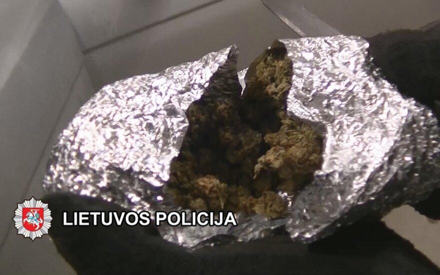 Vaikus Plungės rajone narkotikais nuodijo jaunuolių gauja