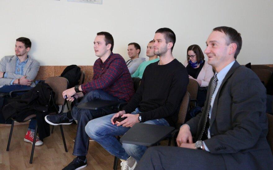 LSU absolventas Edgaras (kairėje), M.Kalnietis ir LSU kancleris M.Balčiūnas