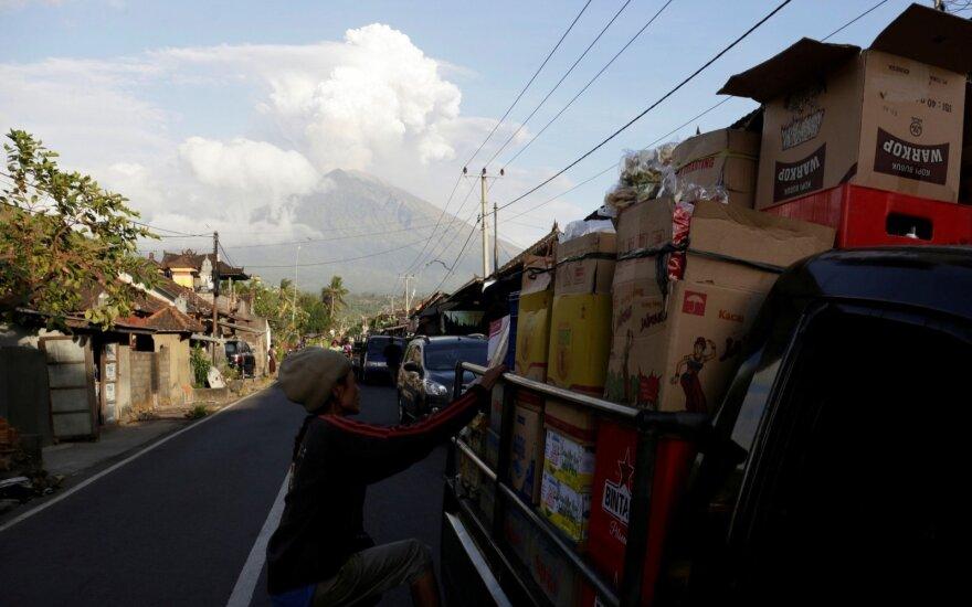 Balyje išsiveržus ugnikalniui įstrigo tūkstančiai turistų