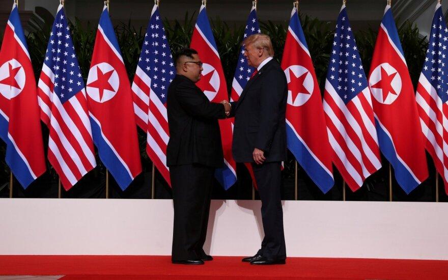 Žiniasklaida: per Trumpo ir Kim Jong Uno susitikimą į akis krito įdomi detalė
