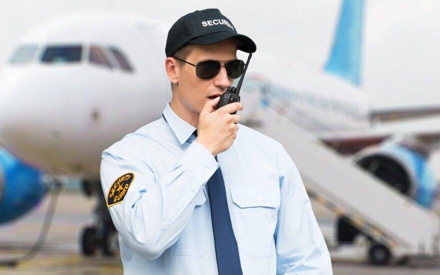 Nevykę juokeliai gali brangiai kainuoti – vyras išspirtas iš lėktuvo už pokštą apie degtinę