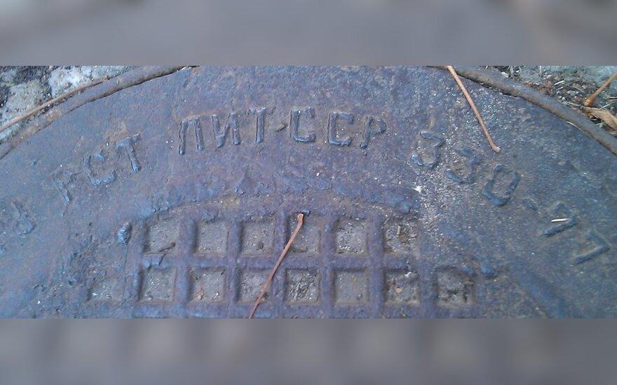 Prie tremtiniams skirto paminklo – LTSR paženklintas dangtis