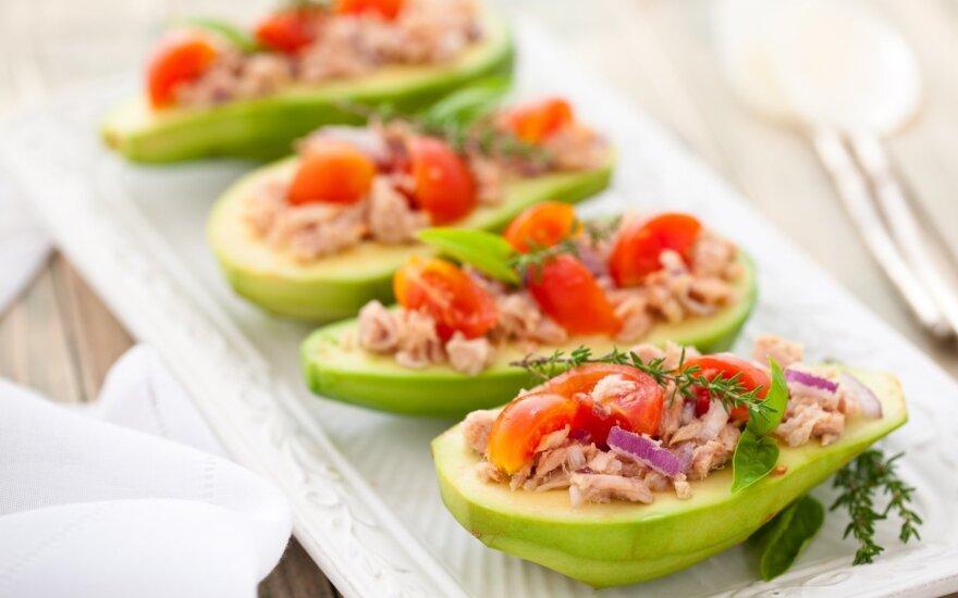 Tunų ir pomidorų mišraine įdaryti avokadai