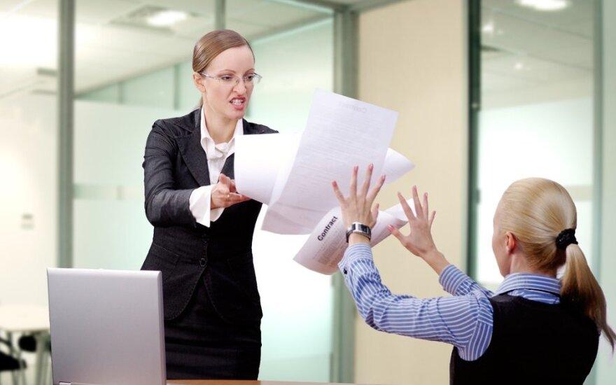 Tyrimas: darbe moterys daugiau šiurkštumo sulaukia ne iš vyrų, o iš kitų moterų