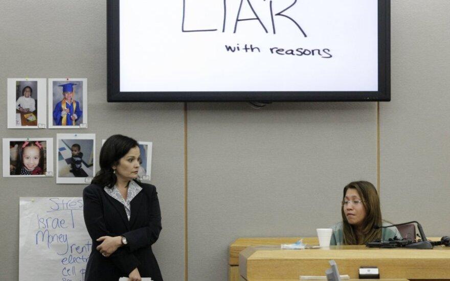 Prokurorė (kairėje) tvirtina, kad dukrą prie sienos priklijavusi moteris yra melagė