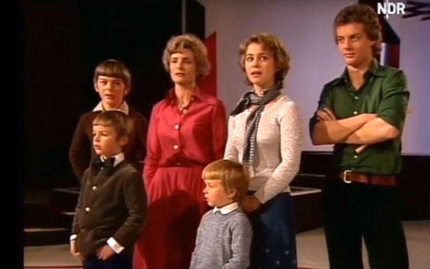 Ursula von der Leyen jaunystėje su mama ir broliais