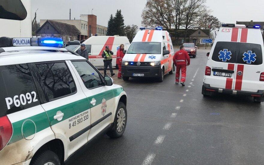 Rokiškio rajone autobusas atsitrenkė į medį, vairuotojas išvežtas į ligoninę