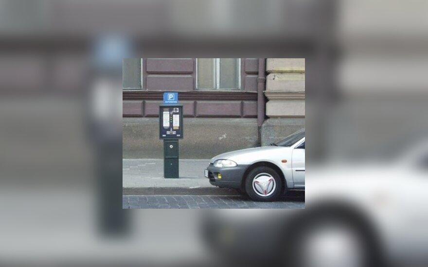Vairuotojai kantriai laukdavo, kol vagis baigs krapštyti monetas iš automato