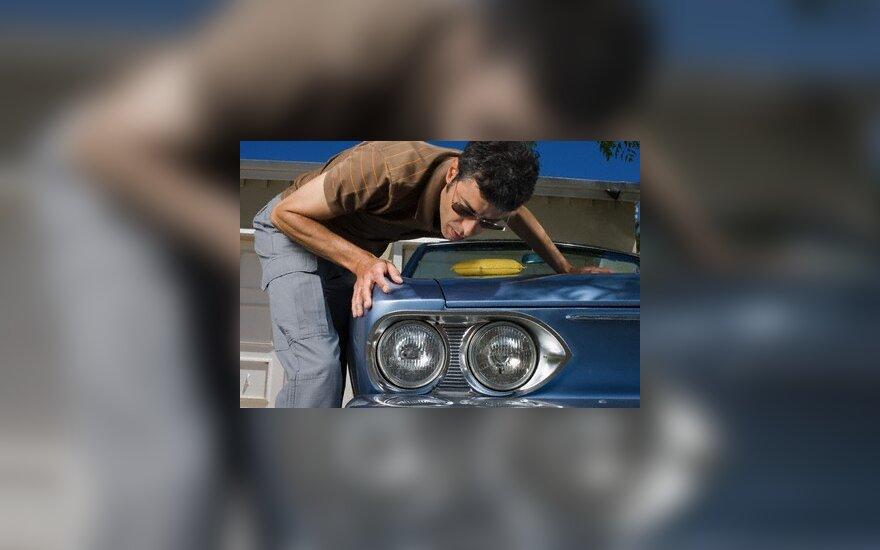 Automobilį išvalyti padės kava, svogūnai ir kokakola
