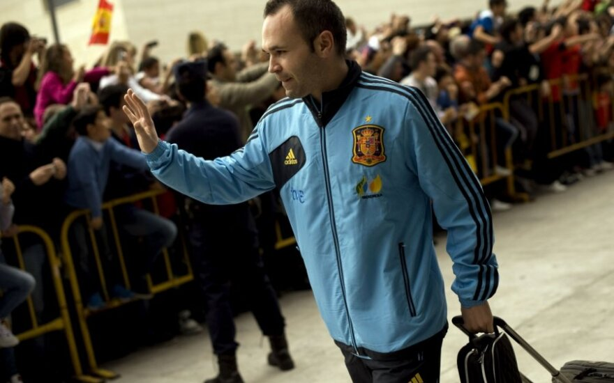 Andresas Iniesta su naujų spalvų Ispanijos rinktinės sportiniu kostiumu