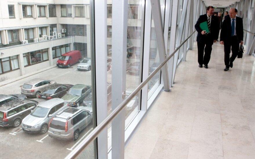 Seimūnai jau svarsto, kaip už likutinę vertę įsigyti ketverius metus nuomotus automobilius