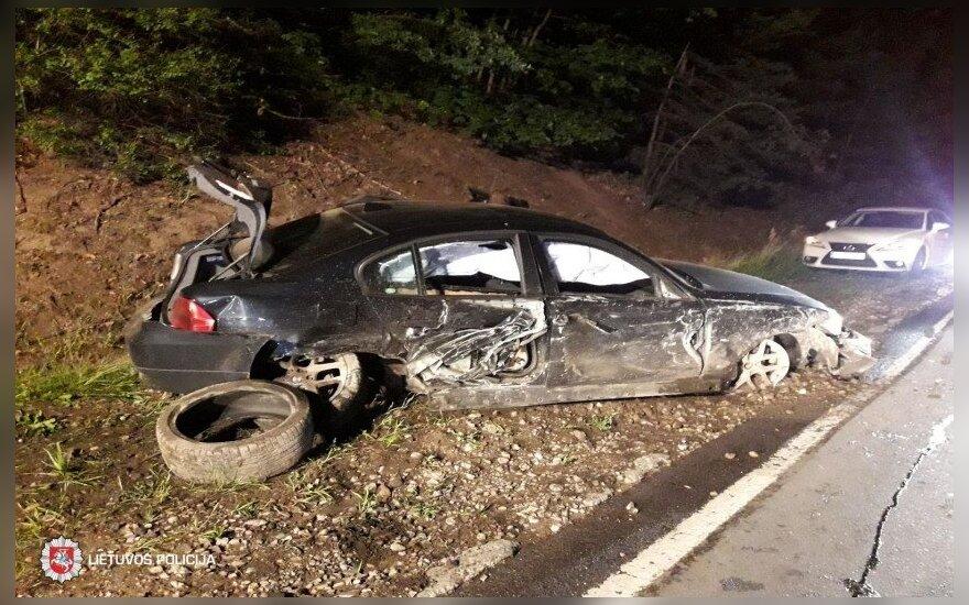Vilniuje susidūrė du BMW, vienas jų apvirto, nukentėjo mergina