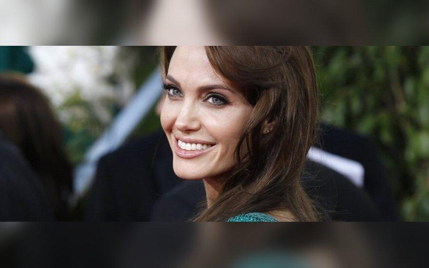 A.Jolie iki šių metų pabaigos ketina džiaugtis nauja dukra